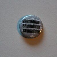 Skumdum – Logo/Logo/Logo (Badges)
